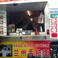 Foto tomada en Noodle House Food Cart por Sherry S. el 2/1/2012