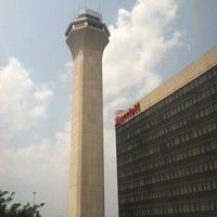 Photo taken at Newark Liberty International Airport Marriott by Leo A. on 7/21/2011