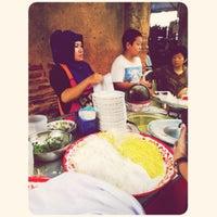 Photo taken at ข้าวฟืน ข้าวซอยยำ by Wisitsiri K. on 3/23/2012