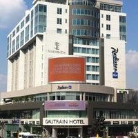 Das Foto wurde bei Radisson Blu Gautrain Hotel von Goodnews C. am 3/23/2012 aufgenommen