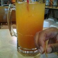 Foto tomada en La Parrilla Mexican Restaurant por Lisa R. el 11/30/2011
