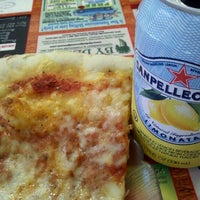 Foto tirada no(a) Buontempo Bros Pizza por Kelly M. em 12/21/2011