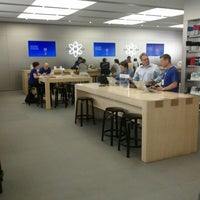 Photo taken at Apple Rideau by Kevin L. on 5/24/2012