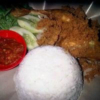 Photo taken at Ayam kremes putri kencana by Rini C. on 5/25/2011