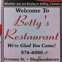 Foto scattata a Betty's Restaurant da Jabe B. il 3/27/2011