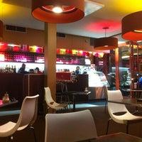 Foto tirada no(a) Shine Cafe & Bar por Robert B. em 5/10/2011
