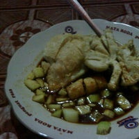 Photo taken at Bakmi dan Nasi Goreng Batas Kota by Adhisti D. on 2/8/2012