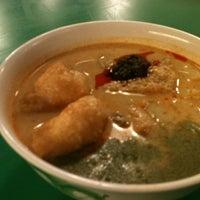 Photo taken at Pontian Wanton Noodles (笨珍云吞面) by Elle C. on 5/8/2011