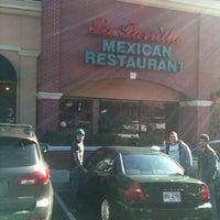Foto tomada en La Parrilla Mexican Restaurant por Tj W. el 11/18/2011