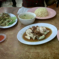 Photo taken at Nasi Ayam Hainan Chee Meng by Afifah L. on 7/3/2012