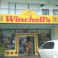 Photo taken at Winchell's DONUT HOUSE by Flip P. on 6/11/2012