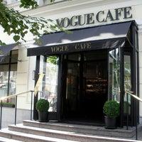 Снимок сделан в Vogue Café пользователем We heart Moscow 5/28/2012