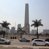 Foto tirada no(a) Obelisco Mausoléu aos Heróis de 32 por Fernando S. em 9/7/2012