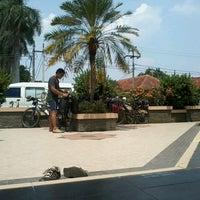 รูปภาพถ่ายที่ Alun Alun Pandeglang โดย Fauzan K. เมื่อ 9/5/2012