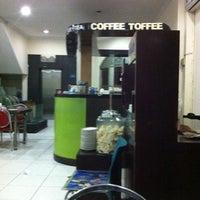 Foto tomada en Restoran Ikan Tude Manado por Jefriando C. el 3/24/2012