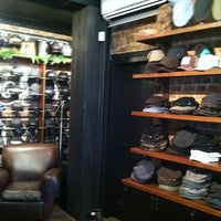 Foto tomada en Goorin Bros. Hat Shop - West Village  por Gus W. el 12/12/2011