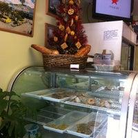 Foto tomada en Dabeni's Latin Restaurant and Bakery por Alissa P. el 12/24/2010