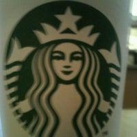 Foto tirada no(a) Starbucks por Dante L. em 9/19/2011