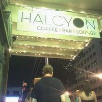 Photo prise au Halcyon Coffee, Bar & Lounge par John B. le9/3/2011