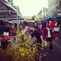 Foto tomada en Penn Quarter FRESHFARM Market por Tammy G. el 4/5/2012