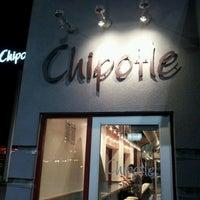 Foto tomada en Chipotle Mexican Grill por Stanley Y. el 2/22/2012