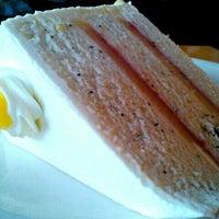 Foto tirada no(a) Empire Cafe por Mai P. em 12/24/2011