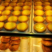 Photo taken at Tong Kee Bread & Tarts (棠记兄弟饼家) by Calvin P. on 6/23/2012