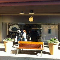 Photo taken at Apple Corte Madera by pauline p. on 2/18/2012