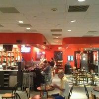 Foto tomada en Budweiser Racing Track Bar & Grill por Derick J. el 8/25/2012