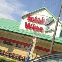 Photo prise au Total Wine & More par Joie M. le8/20/2012