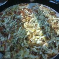 Foto tirada no(a) Queen Pizza por Cyntia C. em 11/18/2011