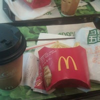 Photo taken at McDonald's (麦当劳) by wilbur d. on 11/16/2011