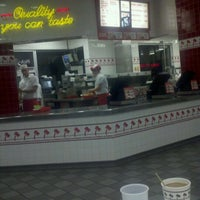Foto scattata a In-N-Out Burger da Chester Paul S. il 2/20/2012