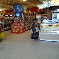 Foto tirada no(a) Supermercado Favorito por Edson O. em 10/13/2011