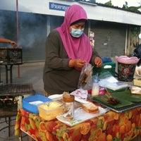 Photo taken at ร้าน. บังหมัด.ไก่ย่าง เนื้อย่าง by Sofia🍒 on 5/26/2012