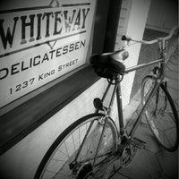 รูปภาพถ่ายที่ Whiteway Deli โดย Clyde S. เมื่อ 10/18/2011