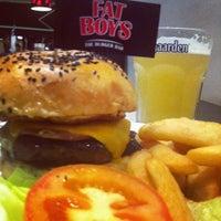 Das Foto wurde bei Fat Boy's The Burger Bar von Serene L. am 11/30/2011 aufgenommen