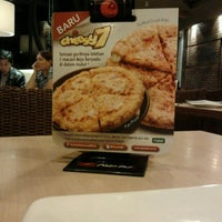 Photo taken at Pizza Hut by wenas c. on 11/18/2011