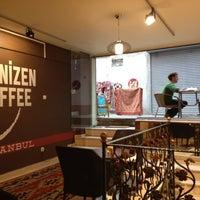 5/13/2012 tarihinde G33kyG1rlziyaretçi tarafından Denizen Coffee'de çekilen fotoğraf
