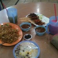 Photo taken at Pasir Panjang Food Centre by 💋JuWieZy™ V. on 8/1/2012