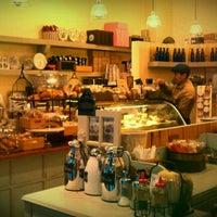 Foto tomada en Cafe M por shirley k. el 12/5/2011