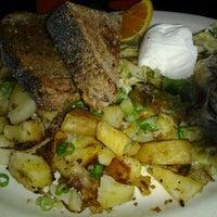 Foto tomada en Bridges Cafe & Catering por Krys R. el 10/8/2011