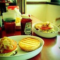 Foto tomada en Rubens Hamburgers por Bobby D. el 11/29/2011