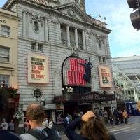 Photo prise au Victoria Palace Theatre par Charlotte R. le8/2/2012