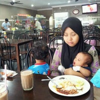 Photo taken at Restoran D'Syasya Puchong Utama by Yuslan H. on 1/15/2012