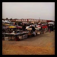 รูปภาพถ่ายที่ World's Awesome Flea Market โดย Shaun W. เมื่อ 10/23/2011