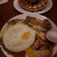 รูปภาพถ่ายที่ Broken Yolk Cafe โดย Angela เมื่อ 9/11/2012