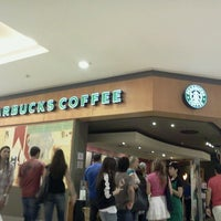 Foto tirada no(a) Starbucks por Vicks M. em 7/1/2012