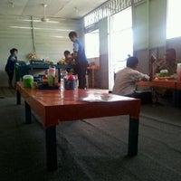 Photo taken at Nasi Pecel & Rawon Bhakti by Andy B. on 5/1/2012