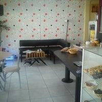 Foto tirada no(a) Le Cannelé Pasteleria & Café por Renato S. em 6/1/2012